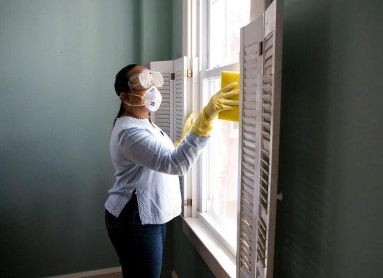 mujer-limpiando-cristal